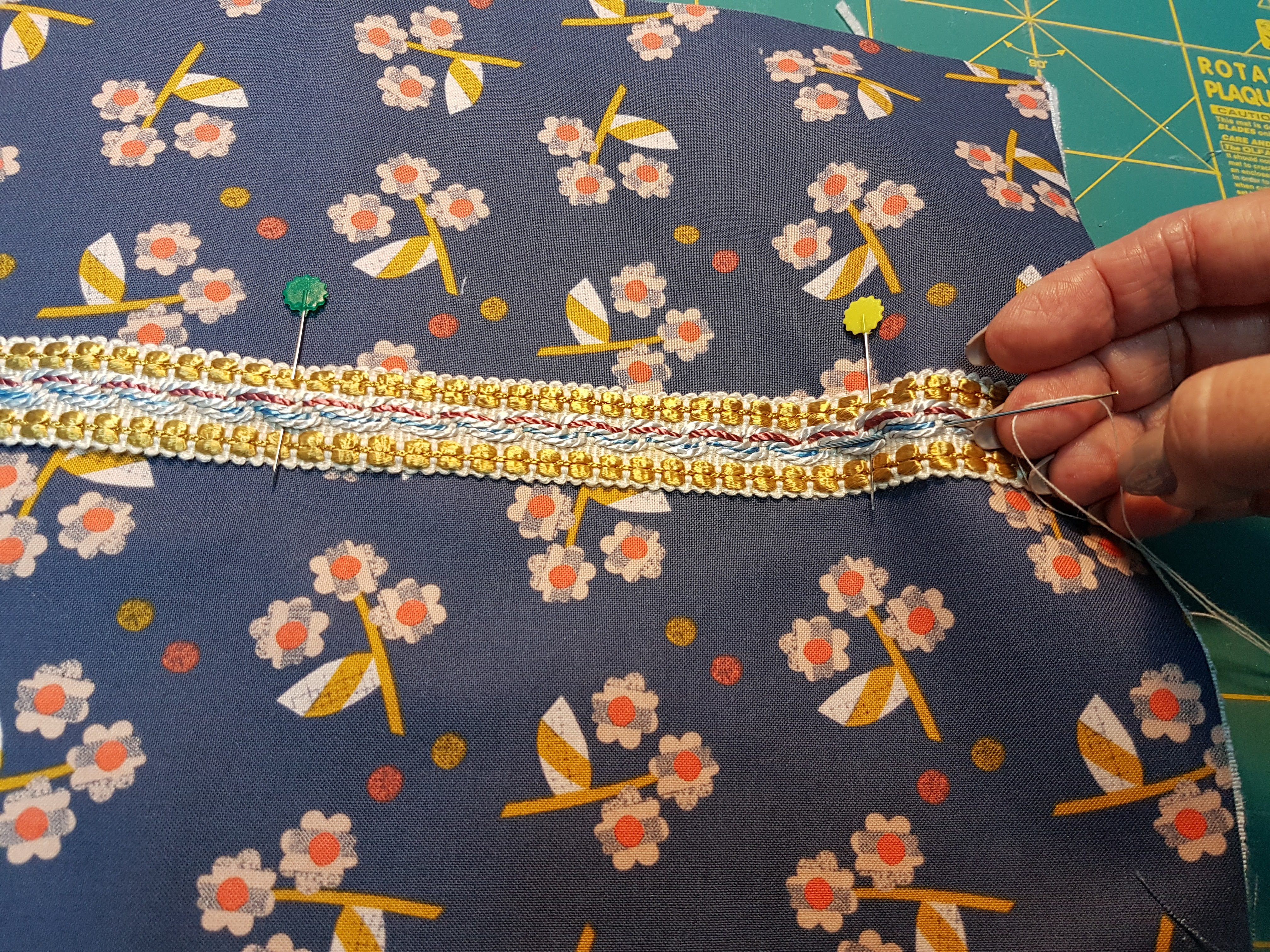 3-aflfinetar-as-rendas Tutorial para costurar uma bolsa com fecho